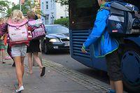 ARCHIV - 31.08.2015, Sachsen-Anhalt, Haldensleben: Schüler treffen an der Otto Boye Grundschule ein. (Zu dpa «Schulbeginn in Sachsen-Anhalt - Polizei verschärft Verkehrskontrollen») Foto: Jens Wolf/dpa-Zentralbild/dpa +++ dpa-Bildfunk +++