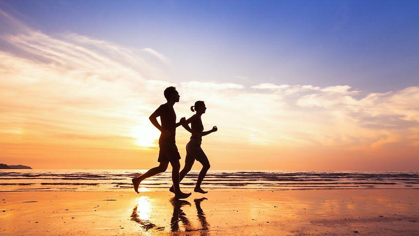 Courir sur la plage en amoureux: voilà une bonne idée!