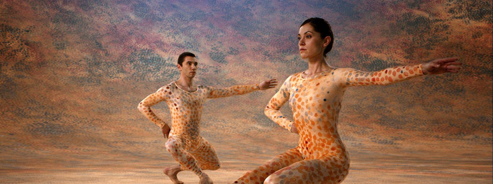 Kaum jemand hat den Tanz im 20. Jahrhundert so stark geprägt wie der US-amerikanische Choreograf und Tänzer Merce Cunningham, der die Bewegungsmöglichkeiten des menschlichen Körpers erweiterte und Musik und Tanz als unabhängige Kunstformen verstand.