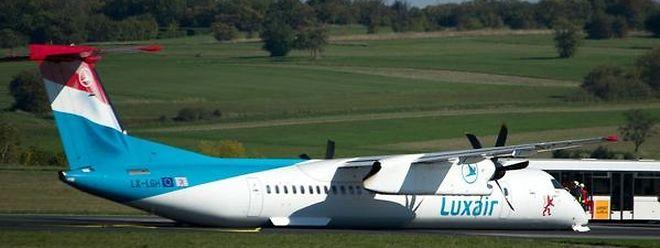 Les pistes de décollage et d'atterrissage sont restées bloquées pendant plusieurs heures suite à l'incident.