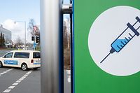 ARCHIV - 26.02.2021, Niedersachsen, Hannover: Ein Schild mit einer Spritze hängt an der Zufahrt zum Impfzentrum auf dem Messegelände. Dort sind in Einzelfällen Impfstoffe verwechselt worden.    (zu dpa «Panne im Impfzentrum: Mittel von Biontech und Astrazeneca verwechselt») Foto: Julian Stratenschulte/dpa +++ dpa-Bildfunk +++