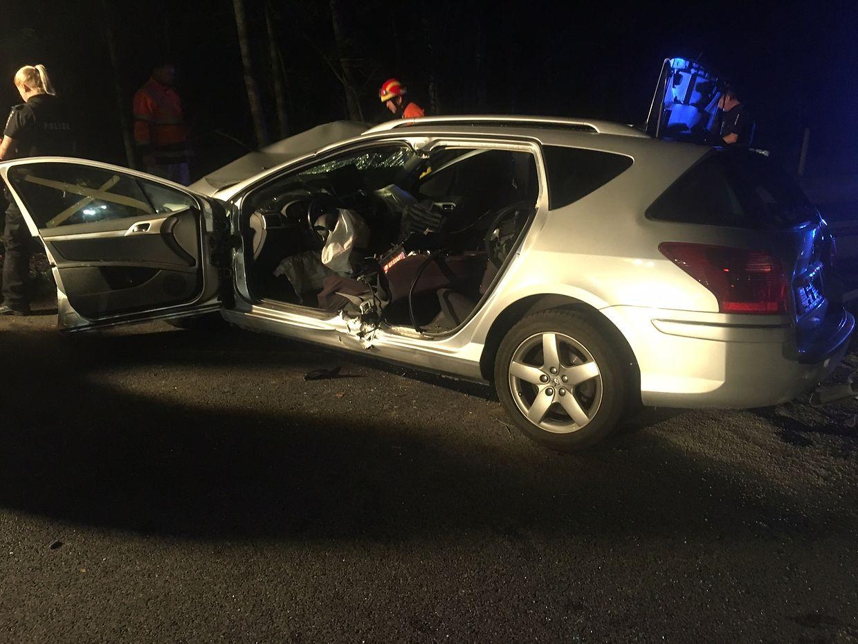 Les secours ont dû désincarcérer le conducteur qui était coincé par les tôles déformées.