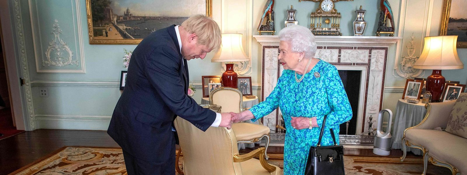 Au palais de Buckingham, Boris Johnson a accepté l'offre de sa majesté et lui a embrassé la main lors de son investiture comme Premier ministre.