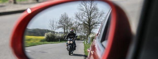 Autofahrer vergessen oftmals einen Blick in den Seitenspiegel zu werfen und übersehen so schon mal einen Motorrad- oder Fahrradfahrer.