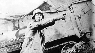"""Gegen sieben Uhr morgens am 16. Dezember greifen nach einstündigem Artilleriebeschuss drei deutsche Panzerarmeen mit rund 200.000 Soldaten auf einer Breite von 60 Kilometern an. Das Unternehmen """"Wacht Rhein"""", das als Ardennenoffensive in die Geschichte eingehen wird, beginnt."""