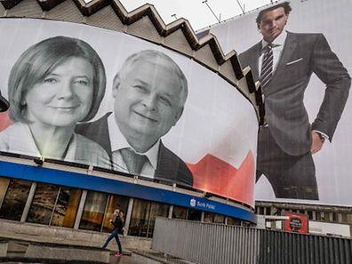 """Verschwörungstheorien à gogo: Laut dem Propagandafilm """"Smolensk"""" wurden u. a. der frühere polnische Präsident Lech Kaczynski und seine Frau Maria Opfer eines Anschlags."""