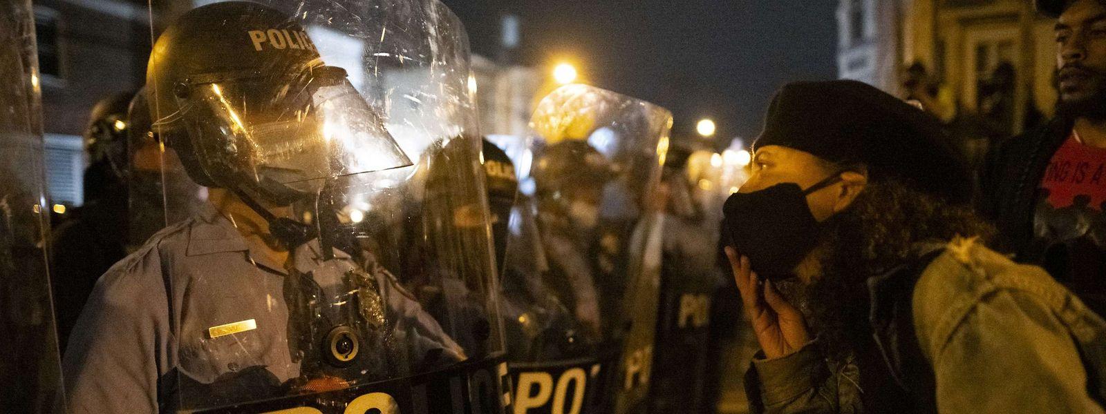 Polizisten stellen in der Nähe des Ortes, an dem ein Afroamerikaner am Montag durch Polizeigewalt sein Leben verlor, eine Blockade auf.