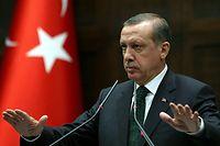 Einen Tag vor der Vereidigung, die Erdogan mit zahlreichen Staats- und Regierungschefs feiern will, wurden am Sonntag mehr als 18 000 Staatsbedienstete per Dekret entlassen.
