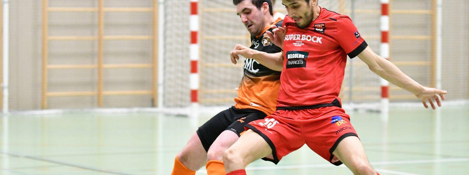 Rafael Pinto (Amicale Clervaux, orange, Amicale Clervaux) et Antonio Abreu (FC Differdange 03) se retrouvent dos à dos après la deuxième manche des play-offs