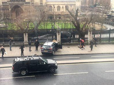 Das Anschlags-Fahrzeug krachte in einen Zaun vor dem Parlamentsgebäude, danach machte der Angreifer zu Fuß weiter.