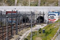 """ARCHIV - 29.07.2015, Frankreich, Coquelles: Die Eurotunnel-Bahngleise am Eingang des Kanaltunnels. (zu dpa-Korr """"Der Insel ein Stück näher - Eurotunnel wird 25 Jahre"""") Foto: Yoan Valat/EPA/dpa +++ dpa-Bildfunk +++"""