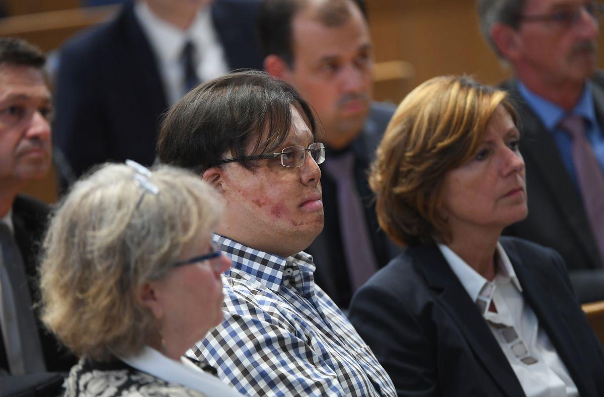 Marc-David Jung (Mitte) mit der rheinland-pfälzischen Ministerpräsidentin Malu Dreyer (SPD) und der Therapeutin Sybille Jatzko, die die Stiftung Katastrophen Nachsorge leitet, bei der Gedenkstunde im Landtag.