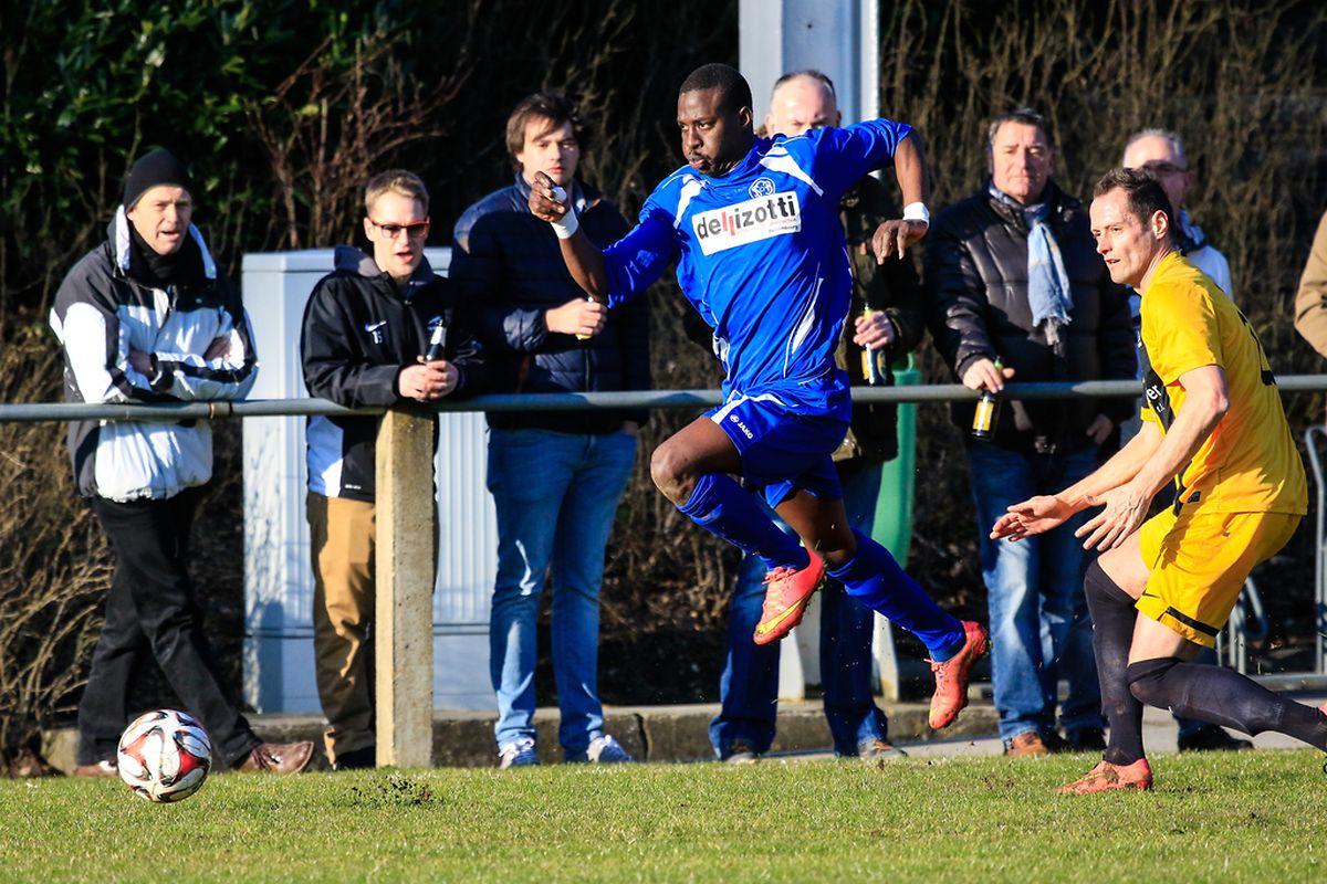 Le Bettembourgeois Malick Ndiyae (en bleu) tente de fausser compagnie au joueur-entraîneur de Mertert/Wasserbillig, Thomas Berens
