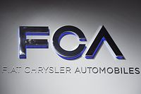 "ARCHIV - 12.01.2016, USA, Detroit: Ein Fiat Chrysler Automobiles (FCA) Logo bei der North American International Auto Show (NAIAS). (zu ""Opel-Mutter PSA und Fiat Chrysler bestätigen Fusionsgespräche"") Foto: Uli Deck/dpa +++ dpa-Bildfunk +++"