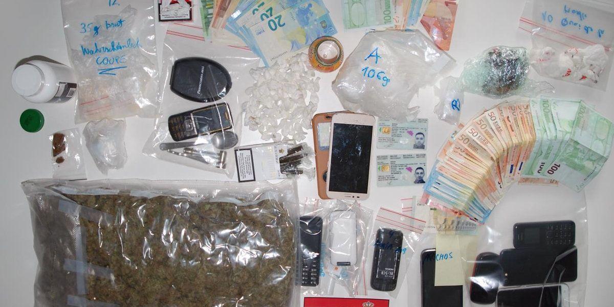 101 Kokainkugeln, 560 Gramm Marihuana, 106 Gramm Kokain, 238 Gramm Streckmittel mit geringen Mengen Kokain, 106 Gramm Haschisch, 5165 Euro und 20 Mobiltelefone konnten sie sicherstellen.