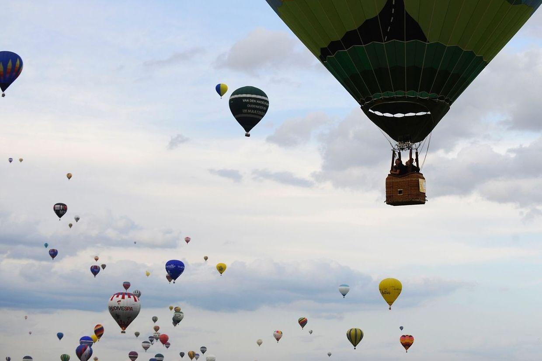 Les premières montgolfières se sont élevées au-dessus de Chambley vendredi soir.