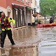 In Echternach holen Rettungskräfte in Spezialanzügen die Anwohner mit Schlauchbooten aus ihren Häusern.