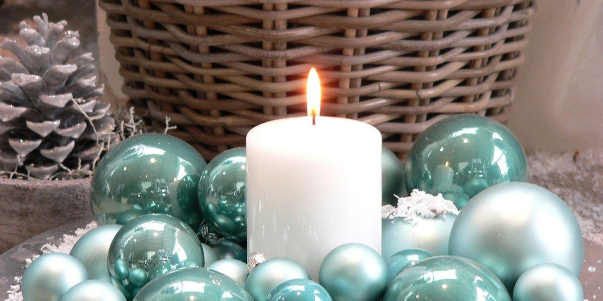 Edel sieht die Kombination einer weißen Kerze mit pastelligem und silbrigem Grün aus.