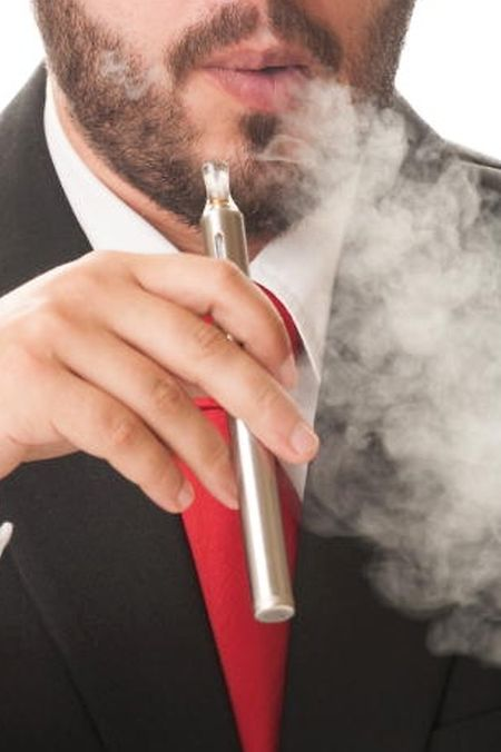 Auch beim Rauchen von E-Zigaretten nimmt der Körper eine Hohe Dosis an gesundheitsschädlichen Substanzen auf.