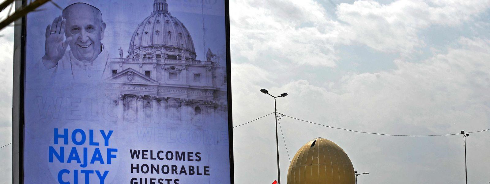 Zahlreiche Großplakate werben im Irak für den Papstbesuch.