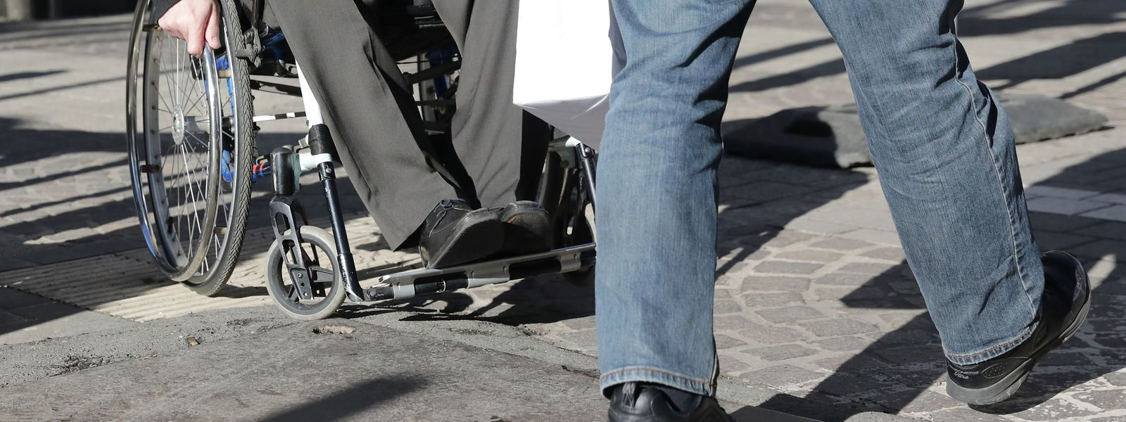 Die Maßnahmen des Aktionsplans richten sich unter anderem an Menschen, die in einem Rollstuhl sitzen.