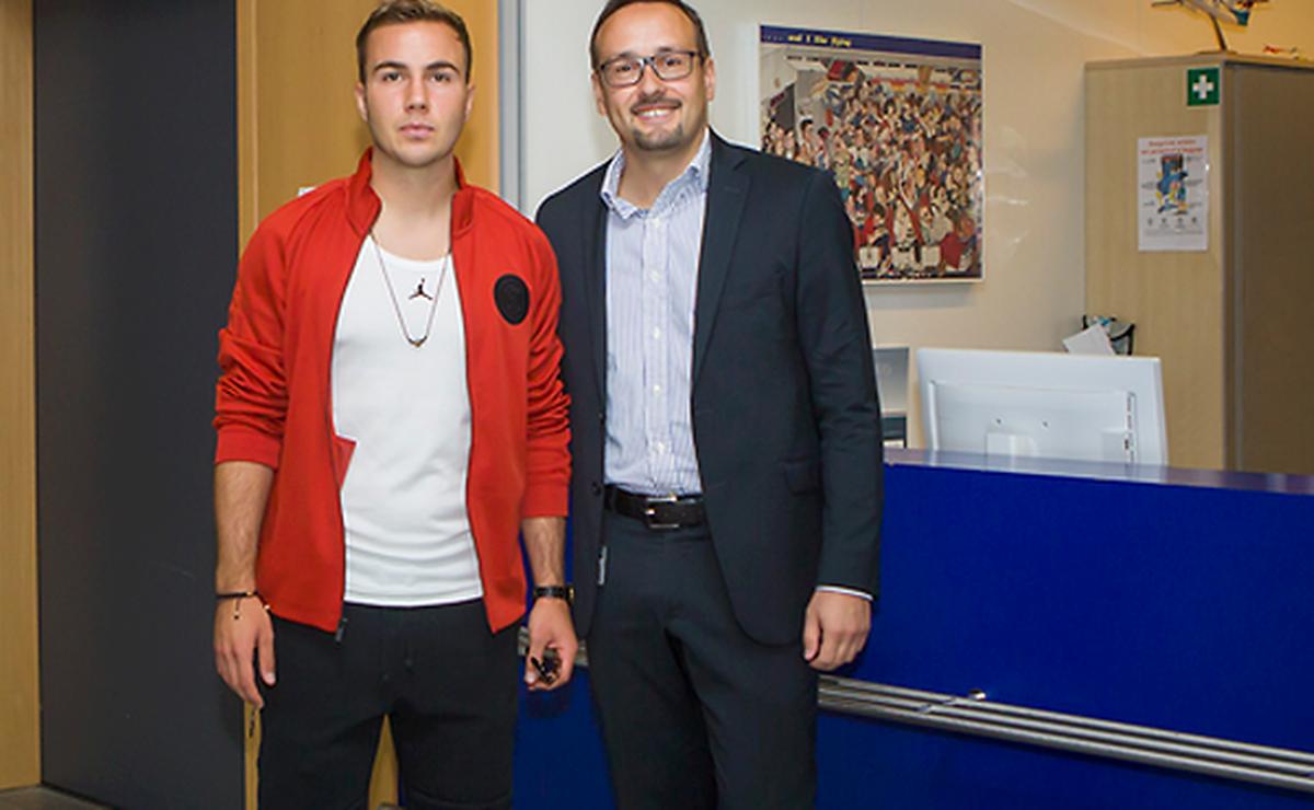 Mario Götze zusammen mit Luxair-Marketingmanager Christian Carbonne.