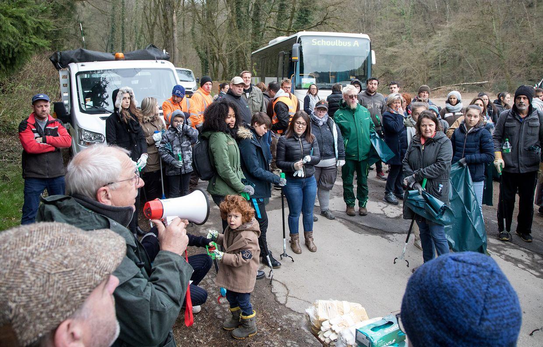 """In Differdingen hatten sich am Samstagmorgen zahlreiche Helfer eingefunden, um bei der großangelegten """"Bëschbotzaktioun"""" mitzumachen."""