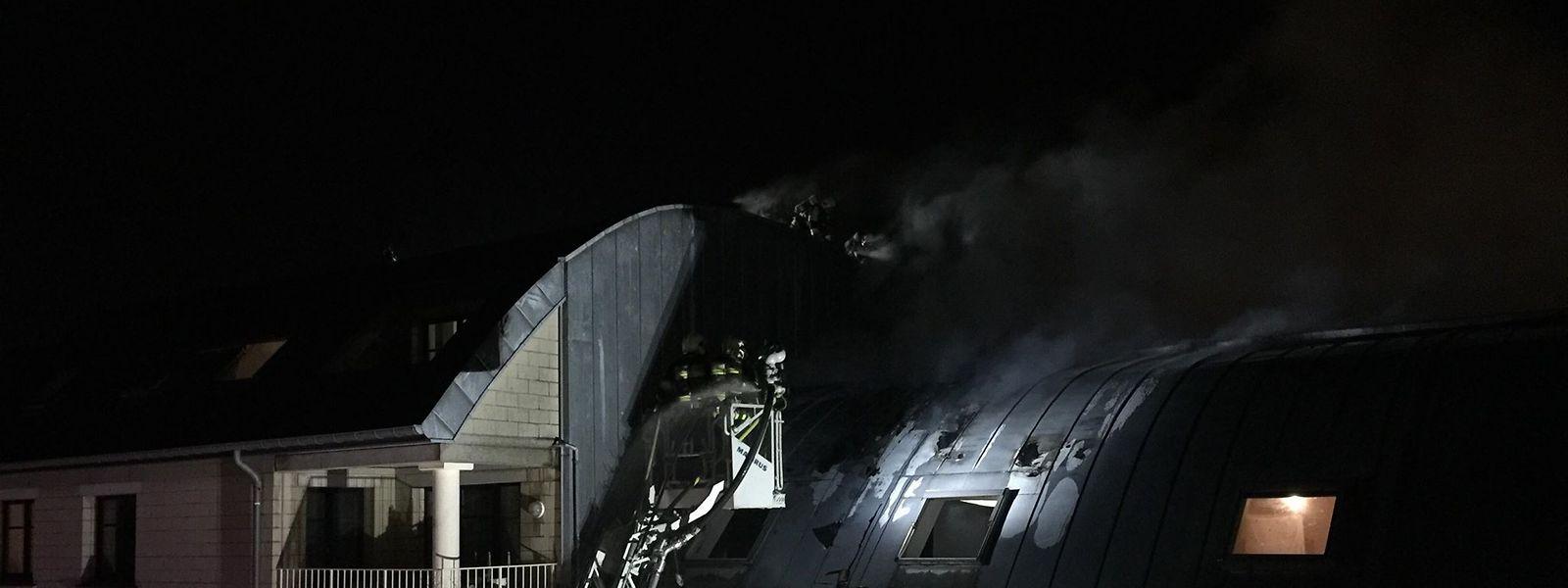 Die Feuerwehr gelangt per Drehleiter zur betroffenen Wohnung.