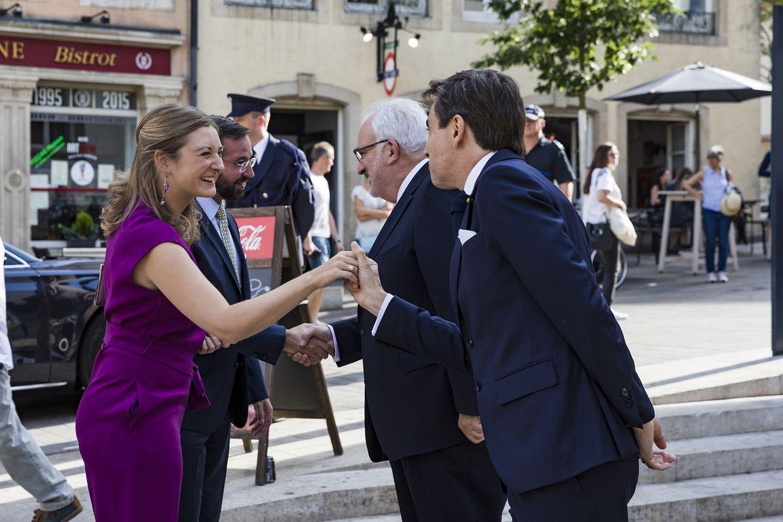 Os embaixadores de Portugal e do Luxemburgo com os grão-duques herdeiros, à entrada do Museu Nacional de História e Arte, na capital luxemburguesa.