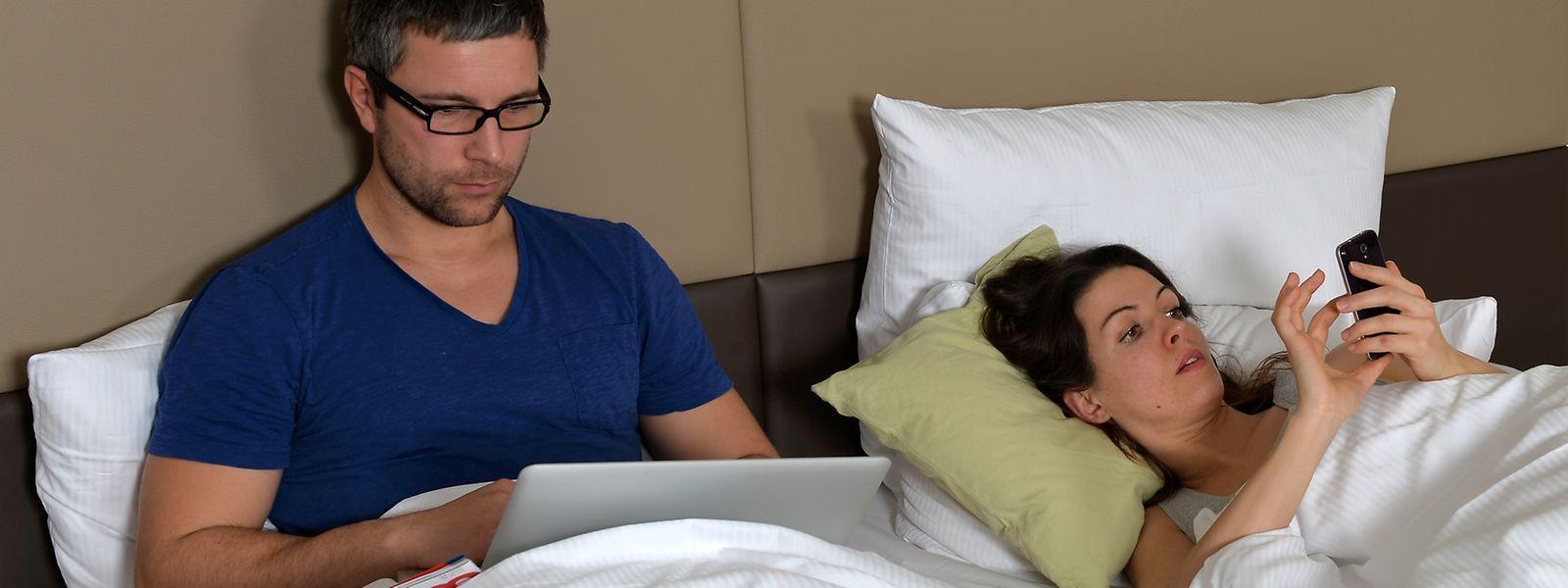 So wird es mit erholsamem Schlaf eher nichts: Das helle blaue Licht etwa von Computern, Tablets oder Smartphones sollte man mindestens zwei Stunden vor dem Schlafengehen meiden.