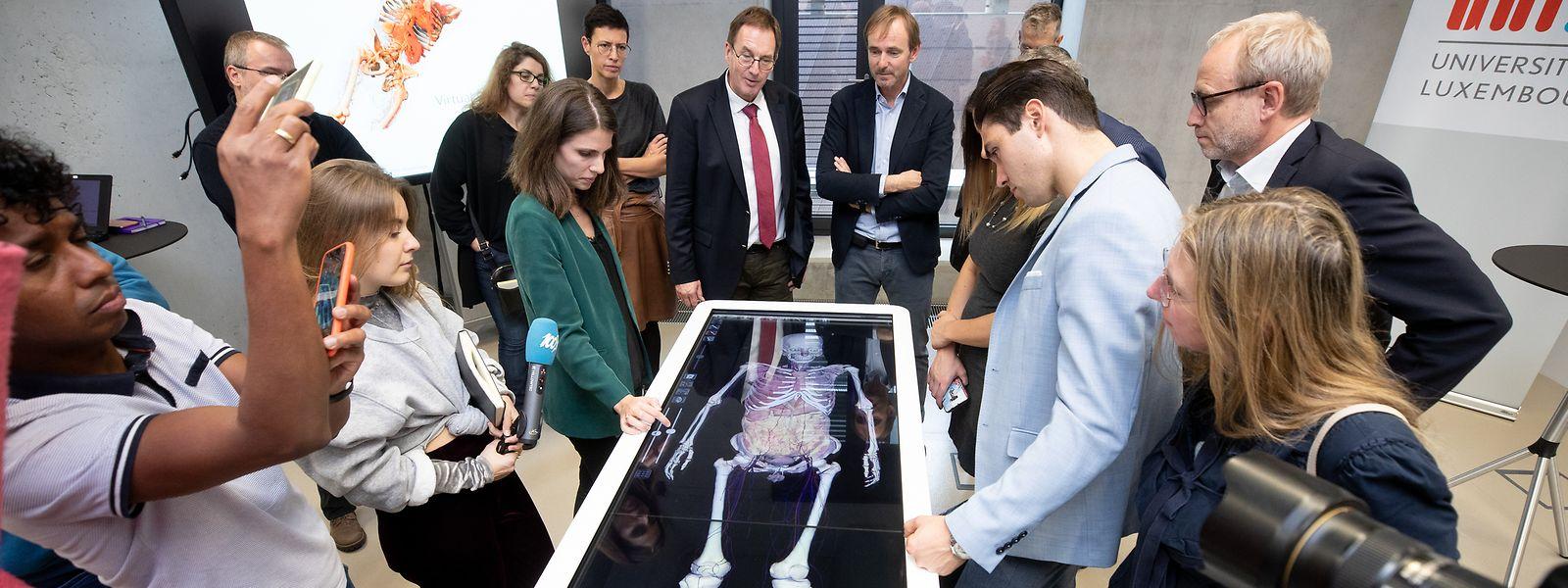 Zahlreiche Interessierte waren zur Präsentation des neuen Anatomie-Tisches an die Universität gekommen.