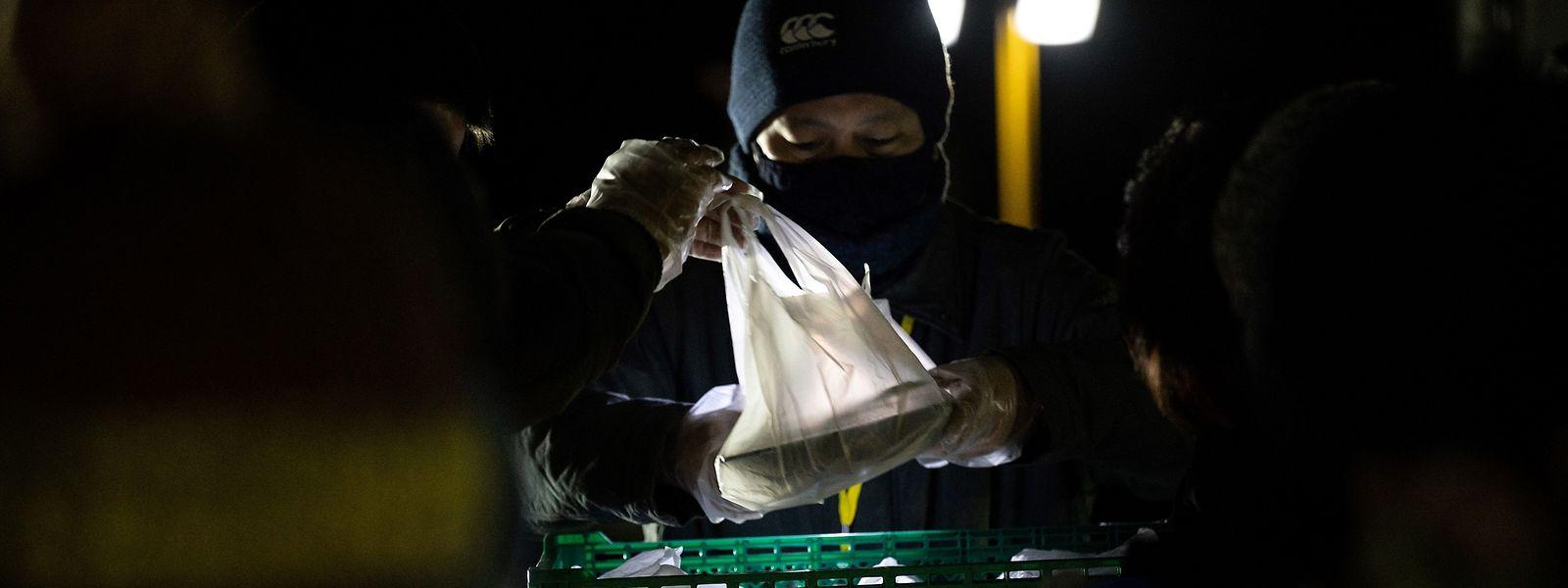 Voluntários da ONG japonesa Tenohasi preparam sacos de comida para serem levantados por pessoas mais necessitadas em Tóquio, capital japonesa.