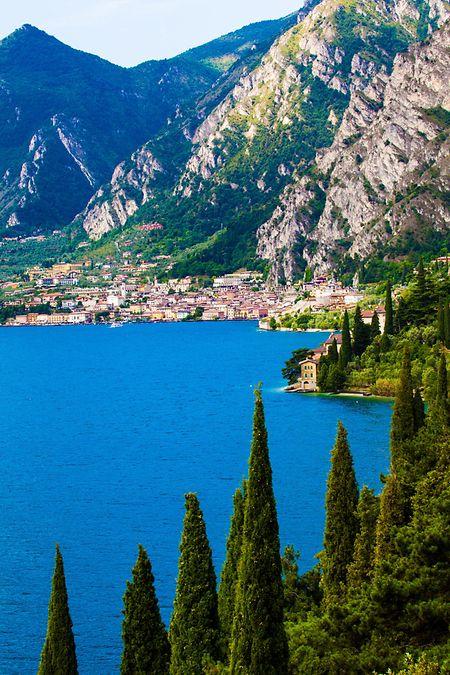Klassiker wie der Gardasee (Bild), der Lago Maggiore oder der Bodensee stehen immer wieder ganz oben auf der Wunschliste der Urlaubssuchenden.