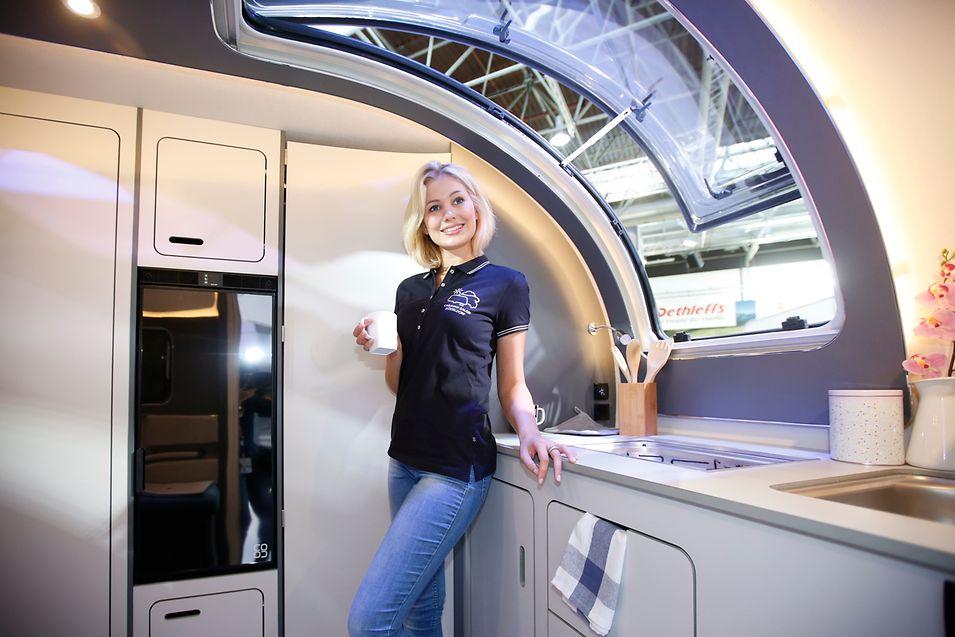 """Dethleffs stellt mit der Studie """"Coco"""" exklusiv auf dem Caravan-Salon ein Design-Schmuckstück in 638-Kilogramm Ultraleichtbauweise vor. Bei 4,25 Metern Länge und 2,15 Metern Breite dreht sich alles um die Komponenten Gewicht, Funktion/Mehrfachnutzen und Design."""