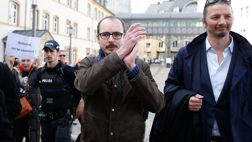 Der Whistleblower Antoine Deltour (Mitte) ist erleichtert über das mildere Urteil, aber nicht ganz zufrieden.