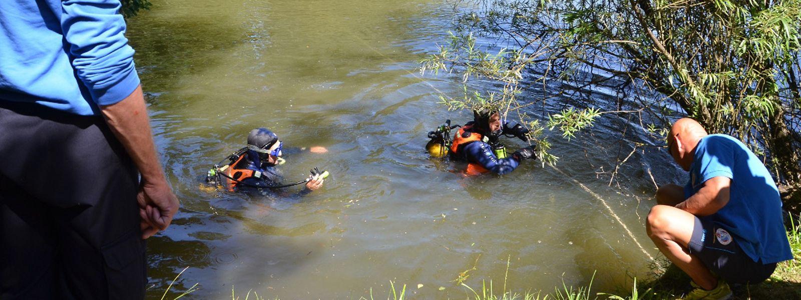 """Fünf Wochen lang dreht die Polizei jeden Stein rund um den Weiher """"am Wäissebrill"""" in Petingen um. Nachdem auch die Taucher keinen Leichnam finden, wird der Teich leergepumpt."""
