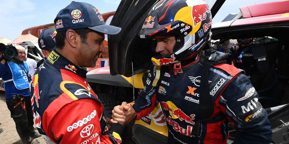 Mercredi, Nasser Al-Attiyah félicitait Stéphane Peterhansel pour sa victoire d'étape. Ce jeudi, les rôles sont inversés.
