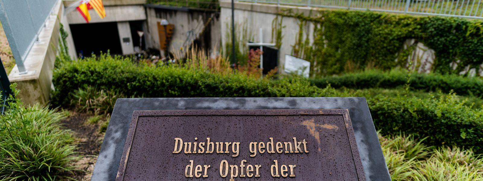 Eine Gedenktafel am Unglücksort in Duisburg erinnert an den Schreckenstag, an dem 21 Personen starben.