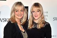 ARCHIV - 25.11.2008, Großbritannien, London: Twiggy(l), mit bürgerlichem Namen Lesley Lawson, und ihre Tochter Carly sind zu Gast bei den British Fashion Awards in London. Am kommenden Donnerstag (19. September) feiert die Stilikone ihren 70. Geburtstag bei einem privaten Abendessen mit Familie und Freunden. (zu dpa ««Das Gesicht von 1966» - Twiggy wird 70») Foto: Daniel Deme/epa/dpa +++ dpa-Bildfunk +++