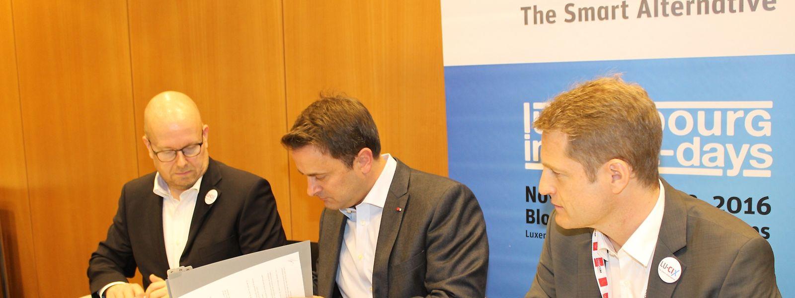 Xavier Bettel, Premier ministre, a signé un accord de soutien financier pour six ans avec Marco Houwen et Claude Demuth, président et CEO de LU-CIX