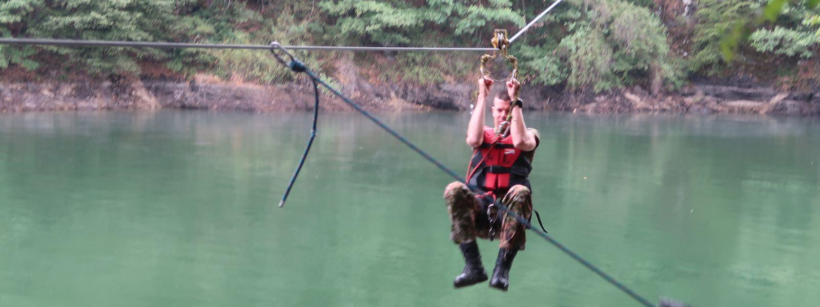 Die Teilnehmer mussten 20 Hindernisse zu Wasser und zu Land überwinden.