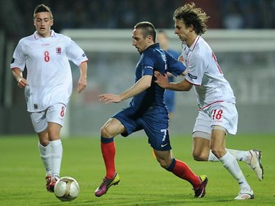 French midfielder Franck Ribery (C) vies with Luxembourg's midfielder Lars Gerson (R) during the Euro 2012 qualifier football match Luxembourg against France on March 25, 2011 at the Josy Barthel Stadium in Luxembourg.     AFP PHOTO/ FRANCK FIFE