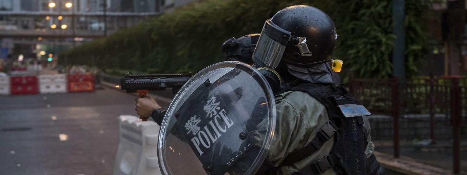 Ein Polizist zielt auf Demonstranten. Bei Protesten in Hongkong ist es erneut zu schweren Zusammenstößen zwischenPolizei und Demonstranten gekommen.