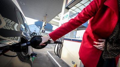 Der Diesel- und Benzinpreis an der Tankstelle sinkt um 4 Prozent, beziehungsweise 3,3 Prozent.