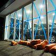 Auf der französischen Überseeinsel Saint-Martin laufen die Vorbereitungen - zu sehen hier an den abgeklebten Schaufenstern eines Autohauses.