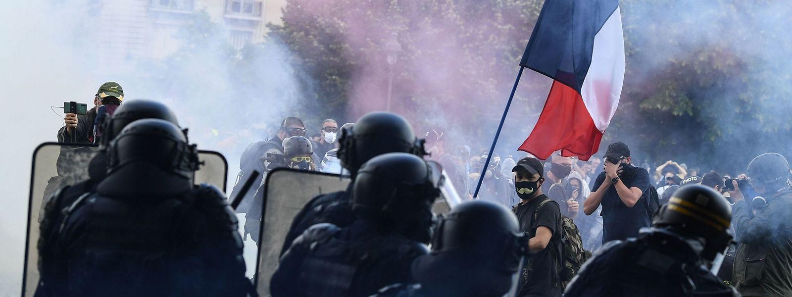 Polizei und Demonstranten auf der Place des Invalides in Paris.
