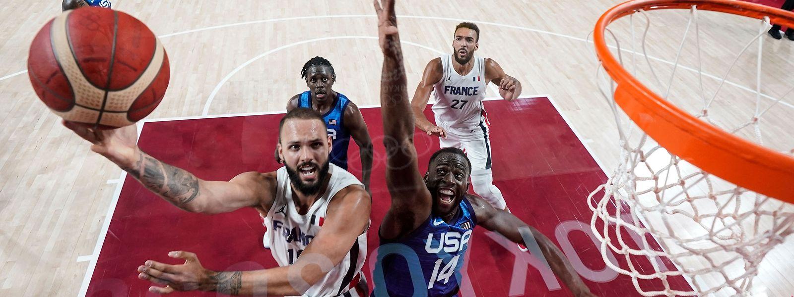 Frankreichs Evan Fournier glänzt gegen die USA um Draymond Green (r.).