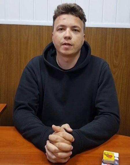 Reprodução de um vídeo do ativista e jornalista Roman Protasevich, no centro de detenção em Minsk, capital bielorrussa.