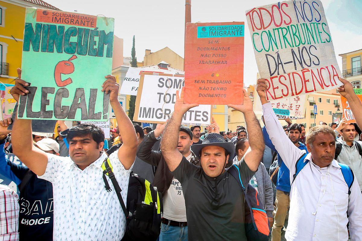 Centenas de imigrantes ilegais protestam em frente à Assembleia da República exigindo a a legalização, Lisboa, 14 de maio de 2018. O protesto foi organizado pela Associação Solidariedade Imigrante que alega a existência de mais de 30 mil ilegais em Portugal sem resposta do Serviço de Estrangeiros e Fronteiras. NUNO FOX/LUSA