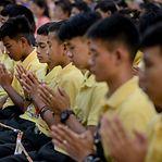 Jovens resgatados de gruta na Tailândia homenageiam mergulhador que morreu